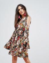 Club L | Короткое приталенное платье с рукавами клеш и принтом Club L - Черный | Clouty