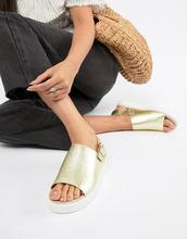 Monki | Золотистые босоножки на плоской платформе с эффектом металлик Monki | Clouty