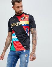 NIKE | Черная футболка с принтом флага Nike FC 886872-012 - Черный | Clouty