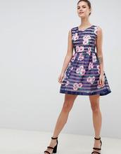 Zibi London   Короткое приталенное платье с цветочным принтом и полосками Zibi London - Темно-синий   Clouty