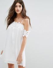 Boohoo | Свободное платье с открытыми плечами и кружевной аппликацией Boohoo | Clouty