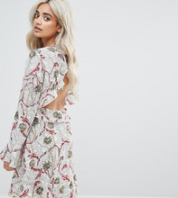 Boohoo | Короткое приталенное платье в цветочек с открытой спиной Boohoo Petite | Clouty