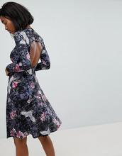 Club L | Платье с длинными рукавами, высоким воротом, открытой спиной и принтом | Clouty
