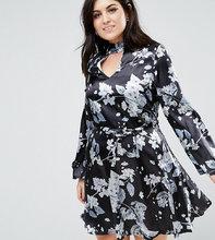 Club L   Атласное приталенное платье с чокером и принтом Club L Plus - Мульти   Clouty