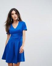 Club L | Короткое приталенное платье с короткими рукавами, V-образным вырезом и | Clouty
