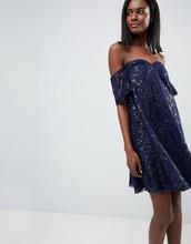 Chi Chi London | Кружевное цельнокройное платье с открытыми плечами Chi Chi London | Clouty